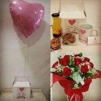 Ramo 12 rosas y desayuno caja taza y globo